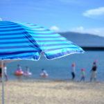 海水浴場とビーチパラソル